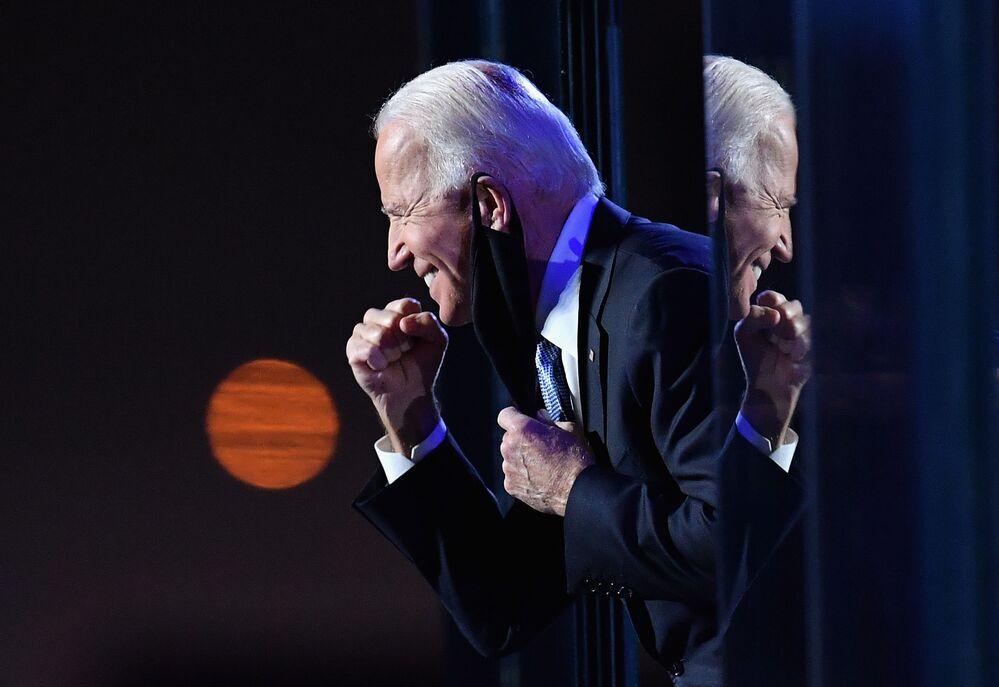 Il nuovo presidente degli Stati Uniti Joe Biden si rivolge alla folla a Wilmington, nel Delaware, il 7 Novembre 2020.