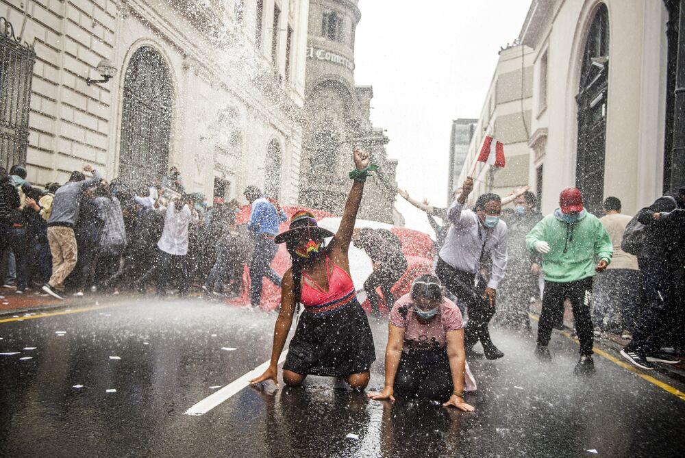Una manifestazione contro il nuovo governo a Lima, Perù, il 10 Novembre, 2020.