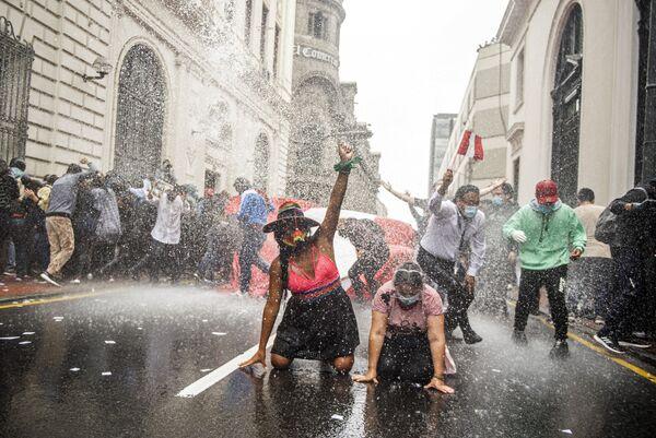 Una manifestazione contro il nuovo governo a Lima, Perù, il 10 Novembre, 2020.  - Sputnik Italia