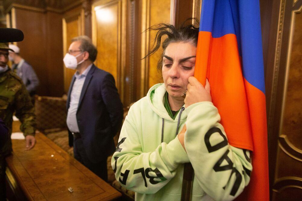 Una partecipante delle proteste contro l'accordo di pace del Nagorno-Karabakh in una sala del palazzo del governo a Yerevan, Armenia.