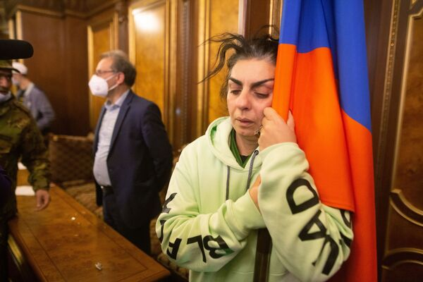 Una partecipante delle proteste contro l'accordo di pace del Nagorno-Karabakh in una sala del palazzo del governo a Yerevan, Armenia.  - Sputnik Italia