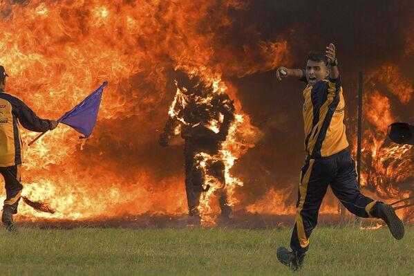 Un motociclista Captain Shivam Singh sta bruciando dopo il tentativo fallito di battere il record del Guinness a Bangalore, India, il 10 Novembre 2020.  - Sputnik Italia