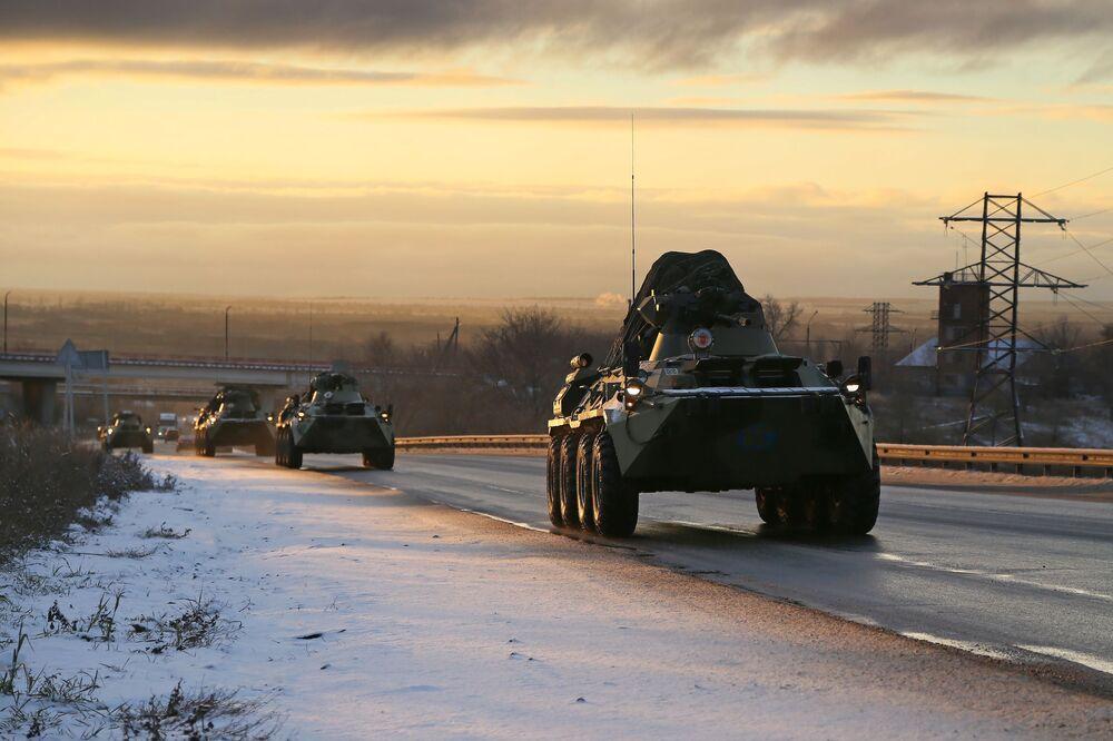 Una colonna di mezzi militari delle forze di pace russe nella regione di Samara sulla strada per il Nagorno-Karabakh.