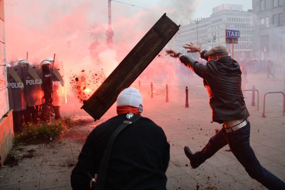 Gli scontri tra polizia e manifestanti durante la marcia tradizionale a Varsavia organizzata dai nazionalisti in occasione della Giornata dell'indipendenza della Polonia.