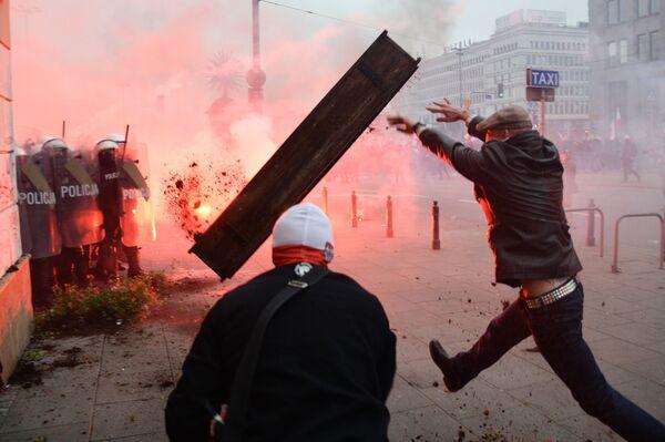 Gli scontri tra polizia e manifestanti durante la marcia tradizionale a Varsavia organizzata dai nazionalisti in occasione della Giornata dell'indipendenza della Polonia.  - Sputnik Italia