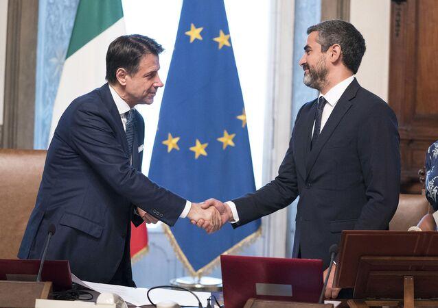 Il Presidente del Consiglio Giuseppe Conte con il Sottosegretario di Stato alla Presidenza del Consiglio dei Ministri, Riccardo Fraccaro