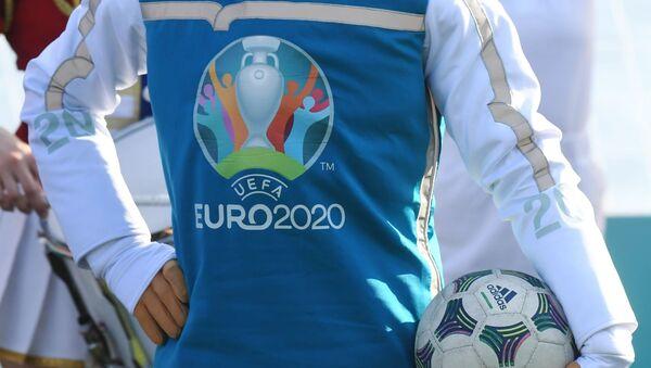 La mascotte dell'EURO 2020 Skillzy con il pallone - Sputnik Italia