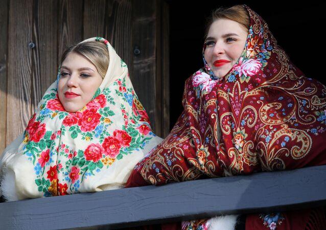 Le ragazze partecipano all'inaugurazione del complesso storico-culturale Slobozhanshchina nella regione di Belgorod, Russia.
