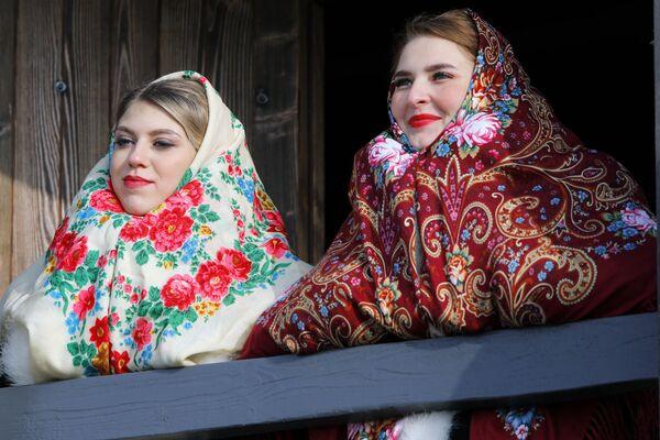Le ragazze partecipano all'inaugurazione del complesso storico-culturale Slobozhanshchina nella regione di Belgorod, Russia.  - Sputnik Italia