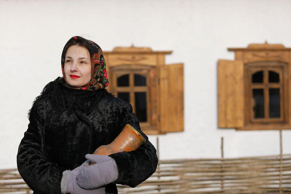Una partecipante all'evento dedicato all'inaugurazione del complesso storico-culturale Slobozhanshchina nella regione di Belgorod, Russia.