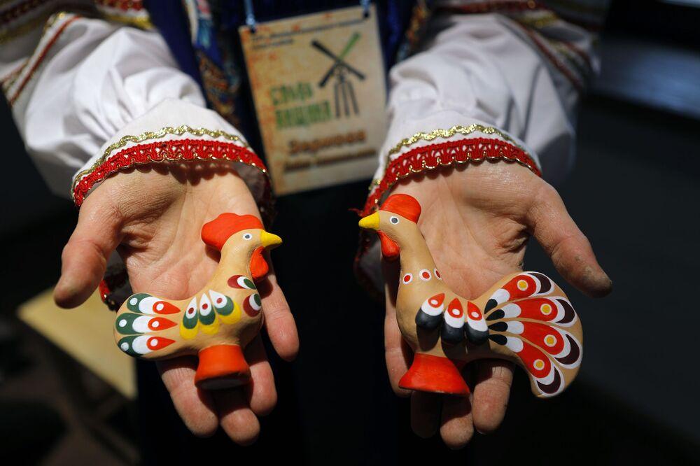 Bambole create presso il parco etnico Slobozhanshchina nella regione di Belgorod, Russia.