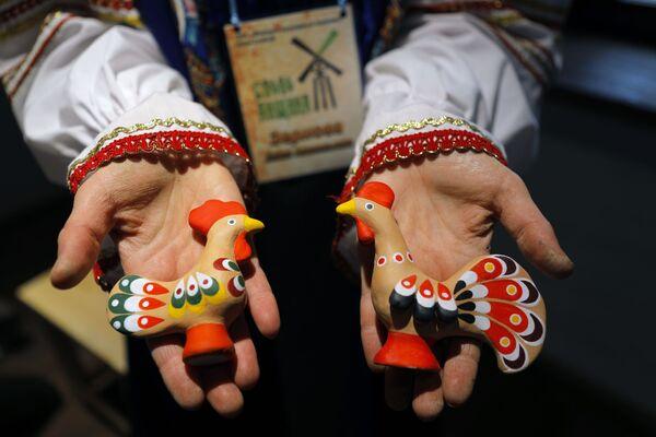 Bambole create presso il parco etnico Slobozhanshchina nella regione di Belgorod, Russia.  - Sputnik Italia