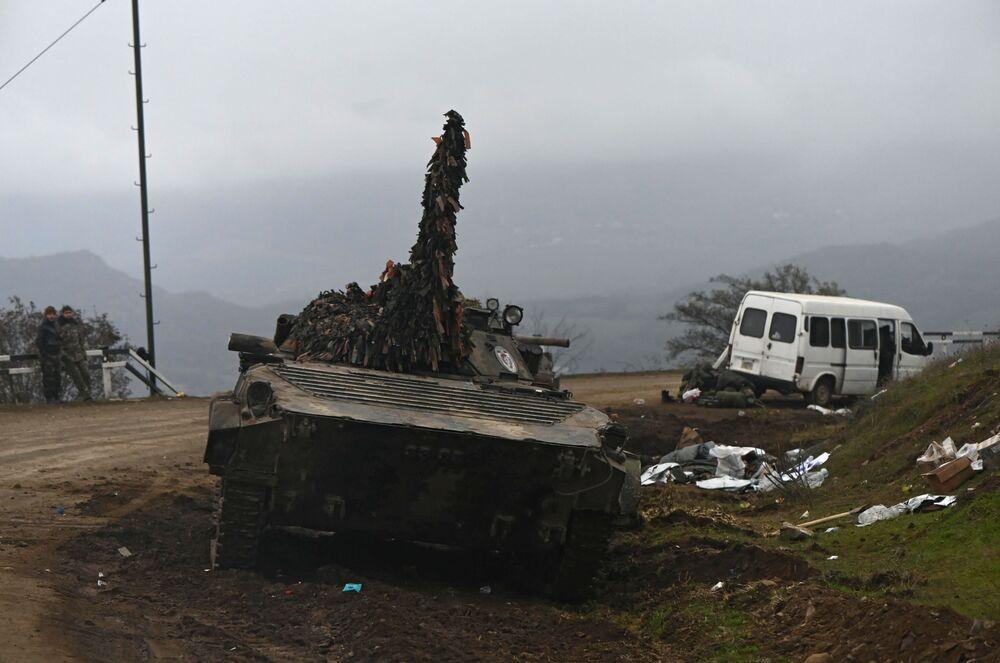 Attrezzatura militare abbandonata sulla strada nel Nagorno-Karabakh