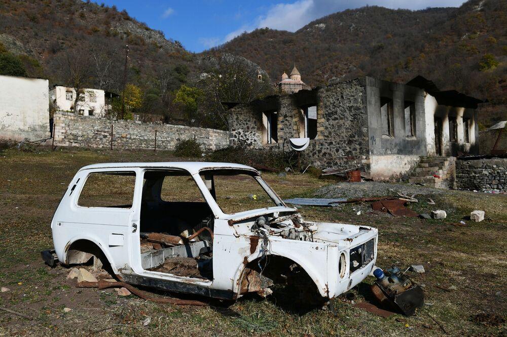 Una casa abbandonata dai residenti nel villaggio di Dadivank nel Nagorno-Karabakh