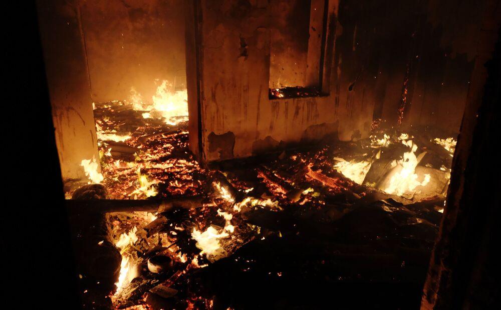 Edifici residenziali in fiamme nella città di Karvachar nel Nagorno-Karabakh