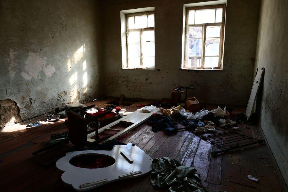 All'interno di una delle case abbandonate nel villaggio di Dadivank nel Nagorno-Karabakh