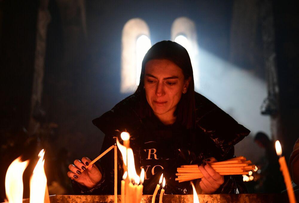 Una donna nella chiesa del monastero Dadivank nel Nagorno-Karabakh