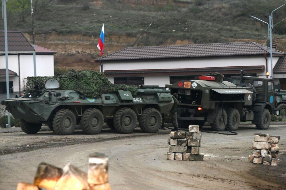 Attrezzature militari delle forze di pace russe a un posto di blocco nel Nagorno-Karabakh