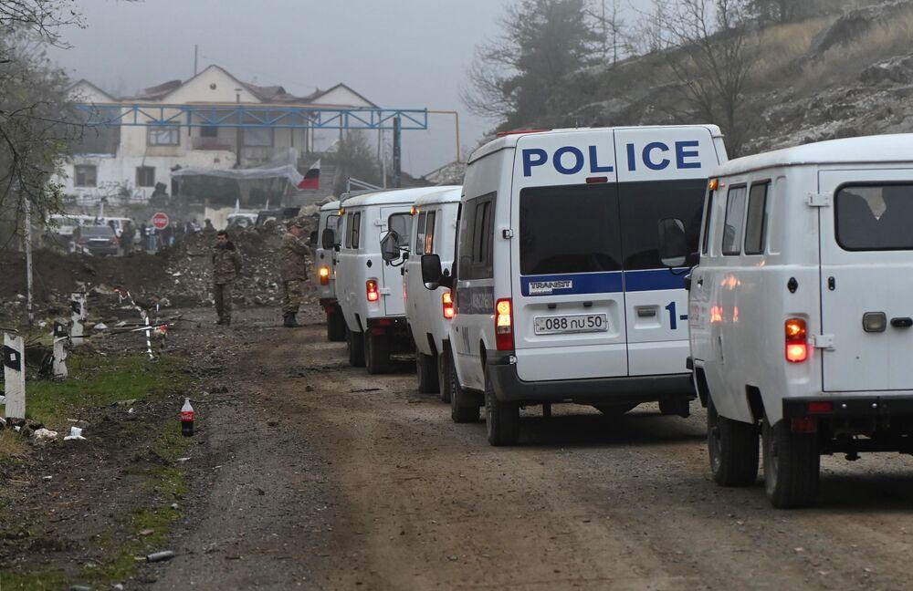 Veicoli di soccorritori a un posto di blocco nel Nagorno-Karabakh