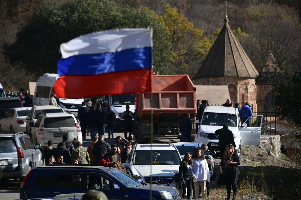 Bandiera russa sull'attrezzature militari delle forze di pace russe nel Nagorno-Karabakh