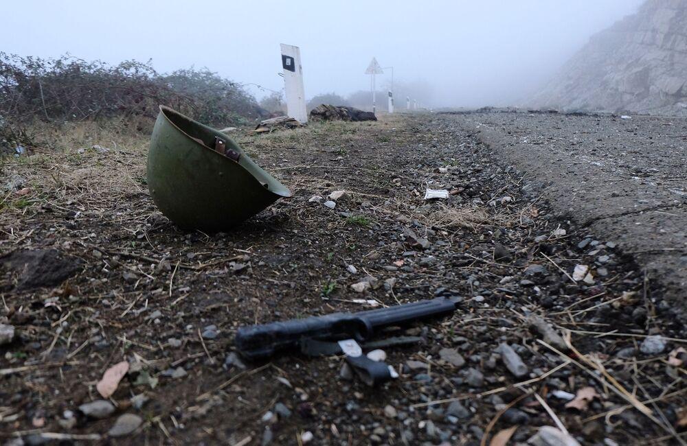 Casco sulla strada nel Nagorno-Karabakh