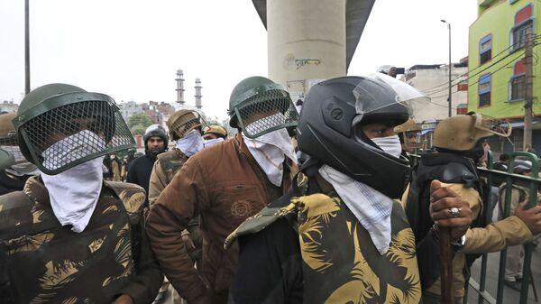 Polizia indiana si copre il volto con fazzoletti - Sputnik Italia