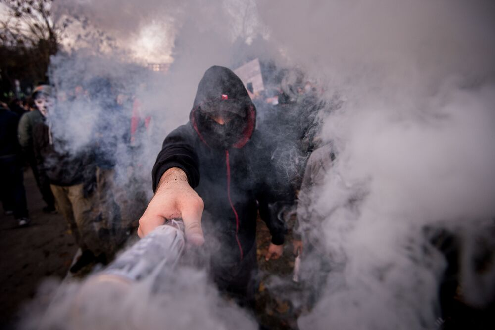 Un uomo con un incendio durante una protesta a Bratislava