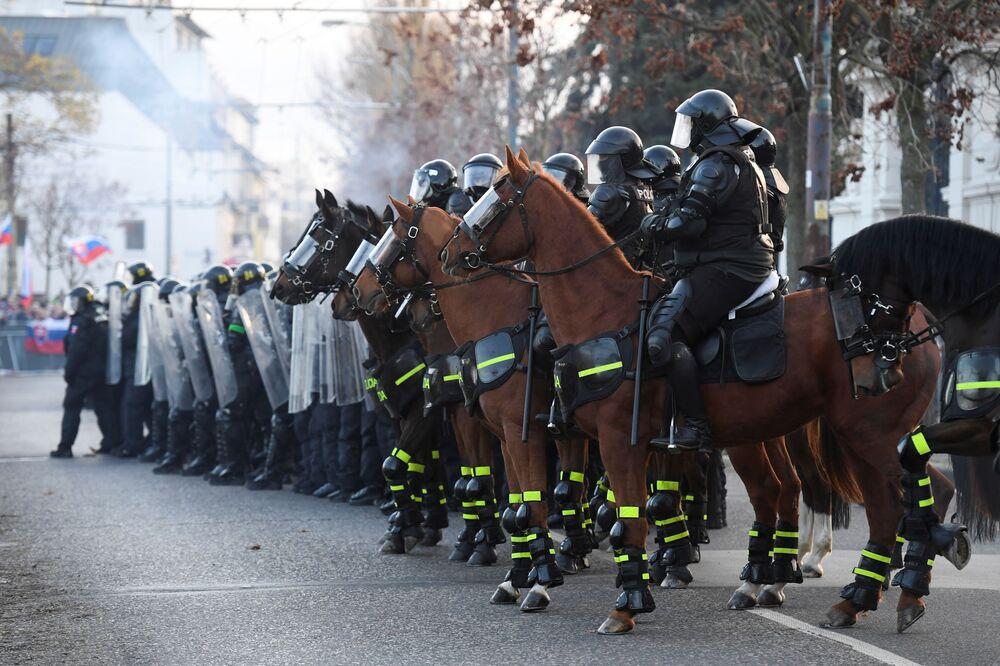 Polizia durante una protesta a Bratislava