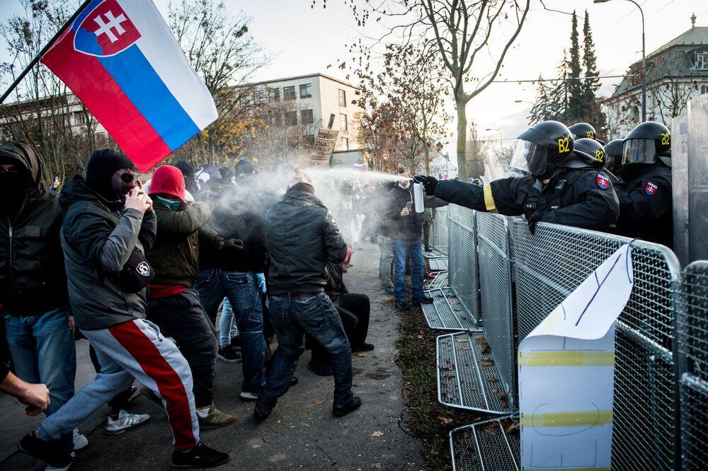 Polizia e manifestanti durante una manifestazione a Bratislava