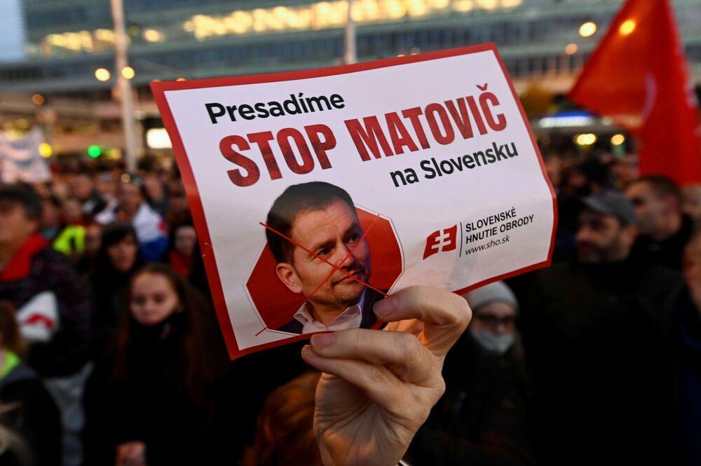 Un manifestante con una foto del primo ministro Igor Matovic durante una protesta contro le restrizioni del governo a Bratislava