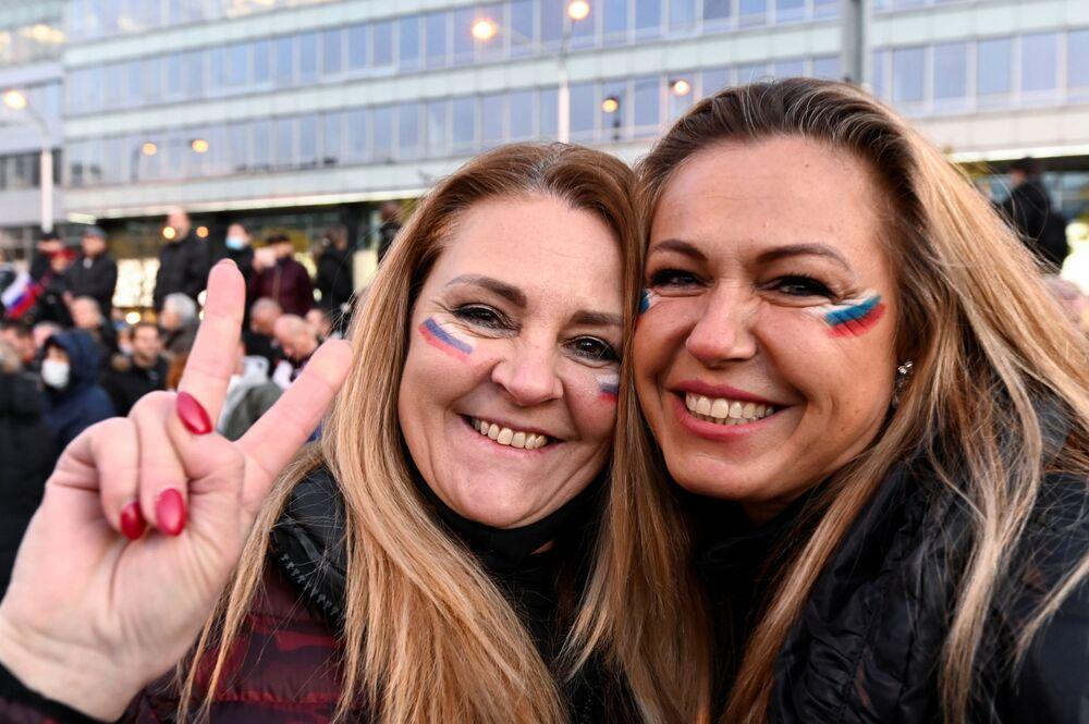 Manifestanti durante una marcia dell'opposizione contro le restrizioni del governo a Bratislava