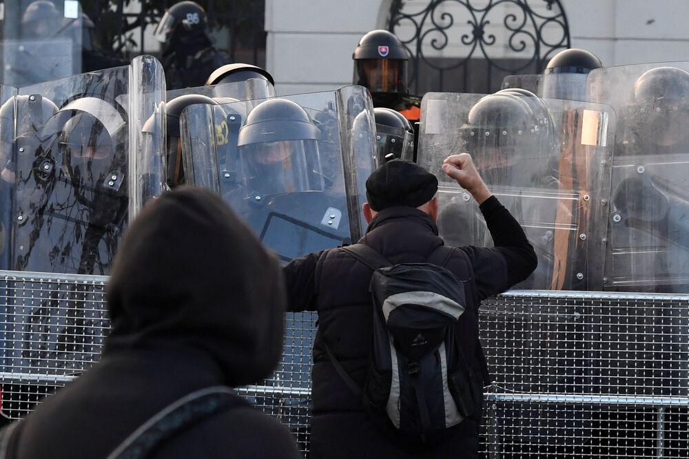 Polizia e manifestanti a Bratislava