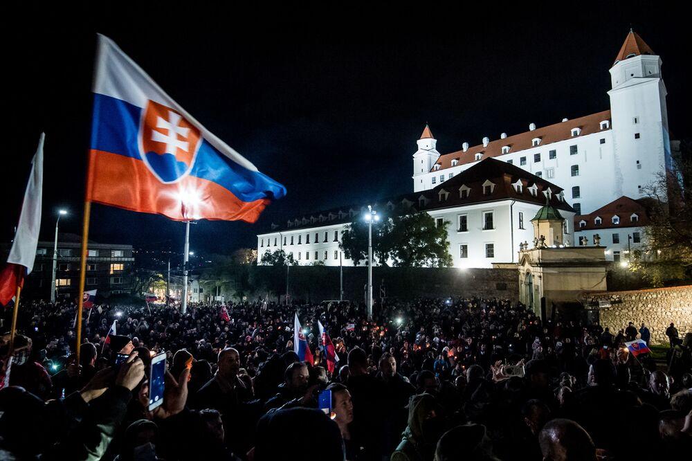 Protesta contro le misure del governo per contrastare il coronavirus davanti al Consiglio nazionale a Bratislava, in Slovacchia