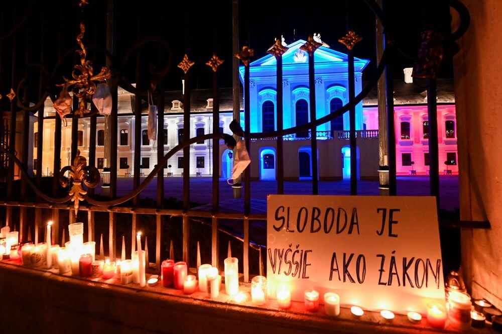Un poster con la scritta La libertà è più che legge durante una protesta contro le misure del governo per contrastare il coronavirus davanti al Palazzo Presidenziale a Bratislava, in Slovacchia