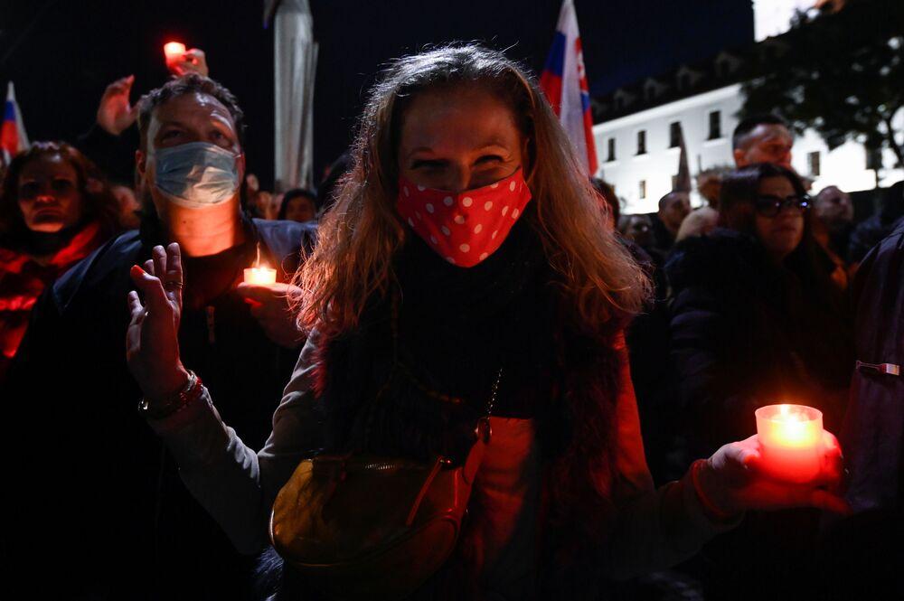 Partecipanti a una protesta contro le misure del governo per contrastare il coronavirus a Bratislava, in Slovacchia