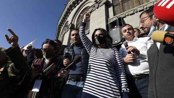 Депутат от фракции Процветающая Армения Наира Зограбян на митинге оппозиции на площади Свободы в Ереване, Армения - Sputnik Italia