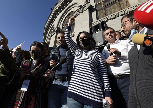 Armeni in piazza a Yerevan