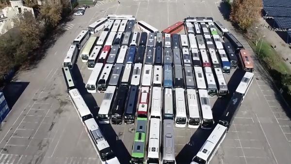 Un cuore di autobus contro il Covid - Sputnik Italia