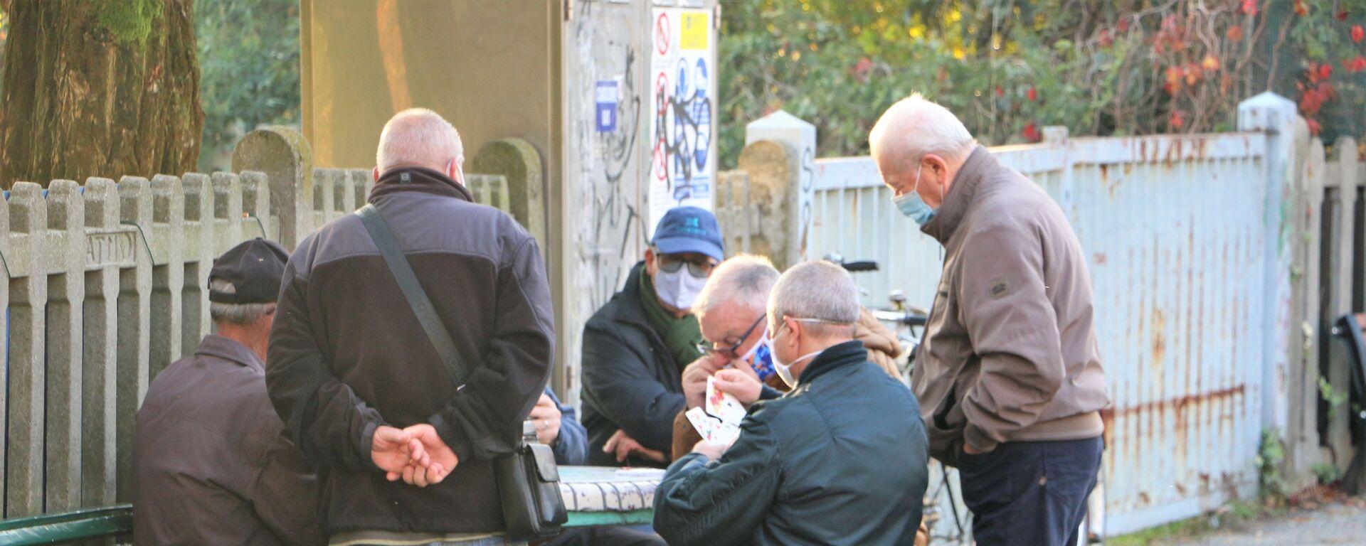 I pensionati giocano a carte in una strada  - Sputnik Italia, 1920, 18.06.2021