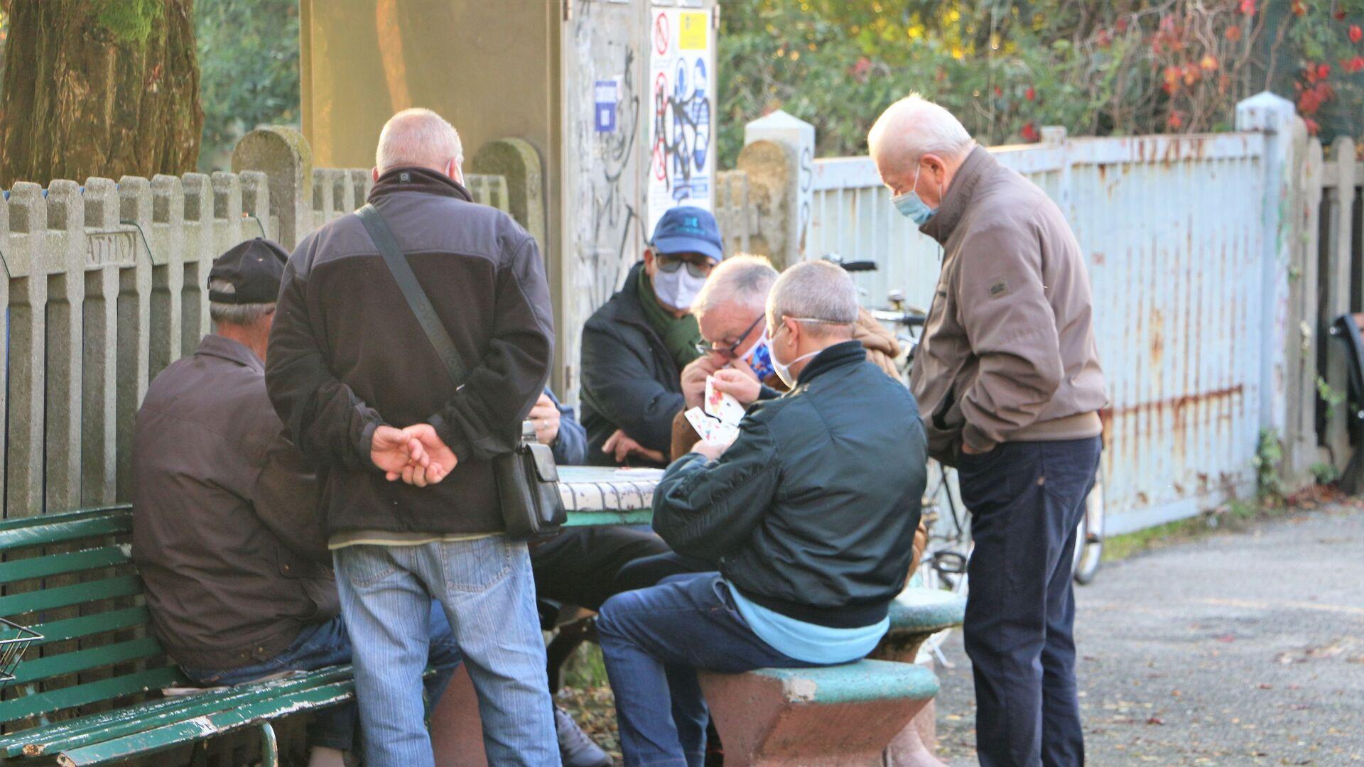 I pensionati giocano a carte in una strada  - Sputnik Italia, 1920, 21.07.2021