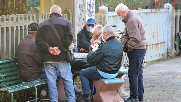 I pensionati giocano a carte in una strada  - Sputnik Italia