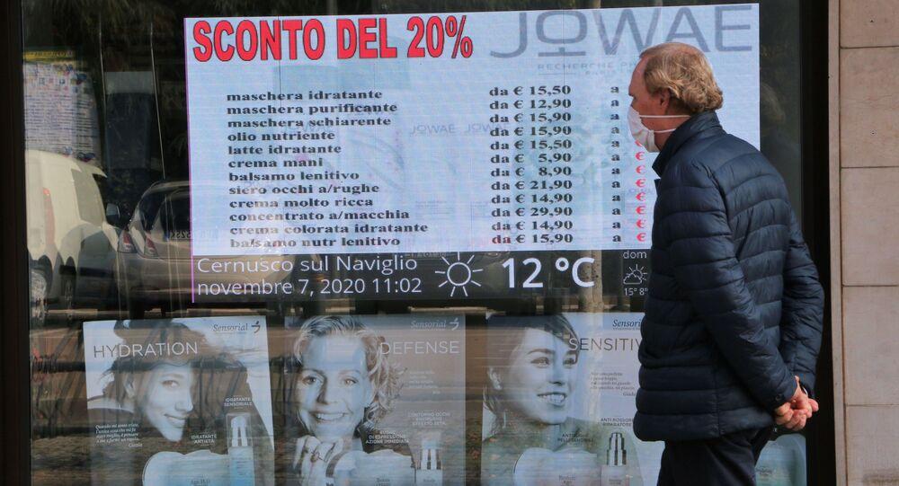 Un uomo vicino alla vetrina di un negozio