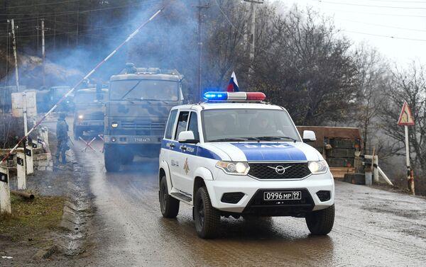 Attrezzature militari delle forze di pace russe al posto di blocco nel Corridoio di Laçın - Sputnik Italia