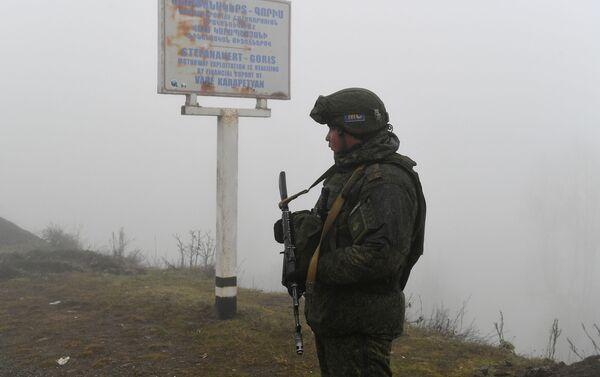 Peacekeeper russo al posto di blocco nel Corridoio di Laçın - Sputnik Italia