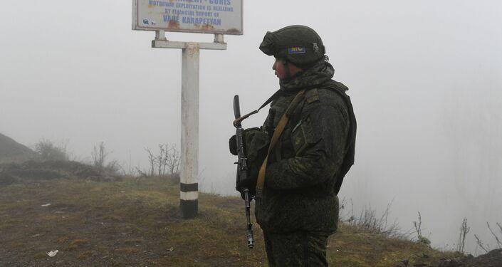 Peacekeeper russo al posto di blocco nel Corridoio di Laçın
