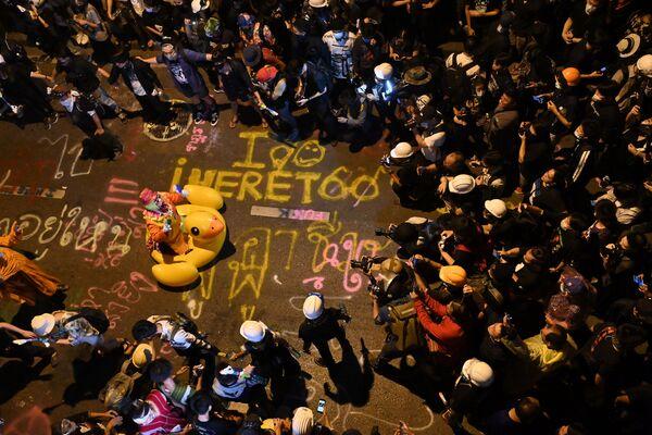 I rappresentanti dei media fotografano un clown su una gigantesca anatra gonfiabile durante una manifestazione antigovernativa a Bangkok, Thailandia, il 18 Novembre 2020.  - Sputnik Italia