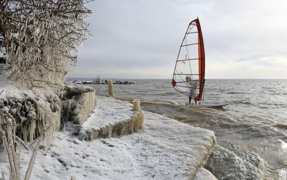 Windsurfista Alexander Orlov chiude la stagione presso la riserva idrica di Ob, Novosibirsk, Russia.