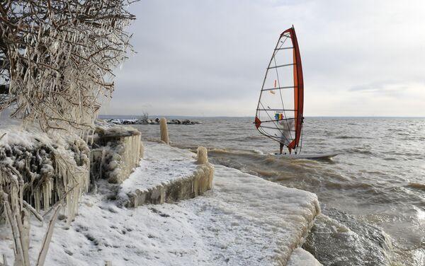 Windsurfista Alexander Orlov chiude la stagione presso la riserva idrica di Ob, Novosibirsk, Russia.  - Sputnik Italia