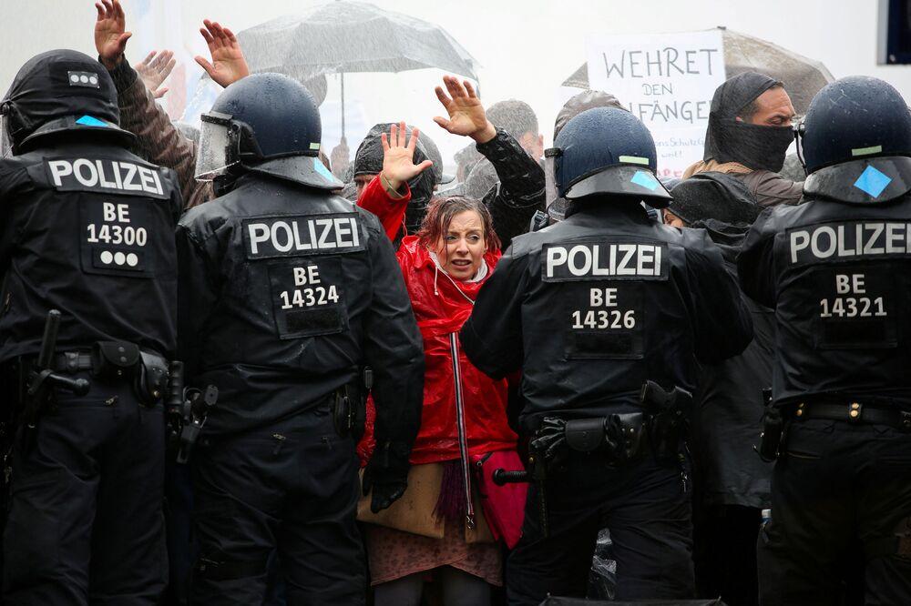I manifestanti davanti agli agenti di polizia durante una protesta contro le restrizioni anti-Covid imposte dal governo, Berlino, Germania, il 18 Novembre 2020.