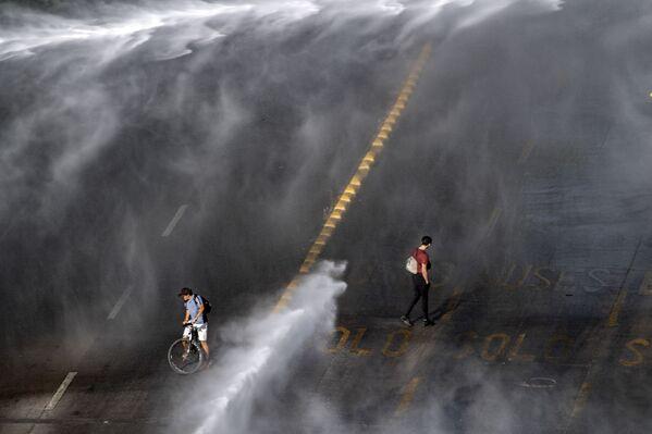 L'uso dei cannoni di acqua durante gli scontri tra la polizia e i manifestanti nel corso delle proteste contro il presidente cileno Sebastian Pinera a Santiago, Cile, il 18 Novembre 2020.  - Sputnik Italia